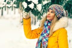 Forma de vida al aire libre del invierno de la mujer joven Fotografía de archivo
