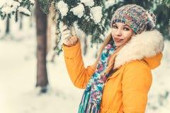 Forma de vida al aire libre del invierno de la mujer joven Foto de archivo libre de regalías