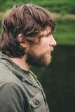 Forma de vida al aire libre del retrato barbudo del pelo rizado del hombre joven Imágenes de archivo libres de regalías