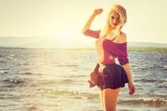 Forma de vida al aire libre que camina sonriente feliz de la mujer joven Imágenes de archivo libres de regalías