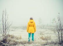 Forma de vida al aire libre sola permanente del viaje de la mujer joven Foto de archivo libre de regalías