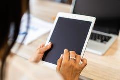 Forma de vida con la mujer moderna que usa la tableta o Ipad con la mano que sostiene la pantalla táctil Manos de la trabajadora  imagen de archivo libre de regalías