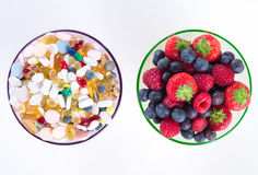 Forma de vida, concepto de la dieta, suplementos sanos de la fruta y de la vitamina con el espacio de la copia en el fondo blanco Fotografía de archivo