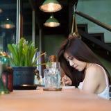 Forma de vida de las mujeres usando un teléfono móvil en café del café Fotos de archivo libres de regalías