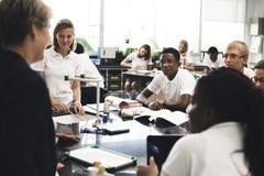 Forma de vida de los estudiantes que aprende en sala de clase del physic Fotos de archivo