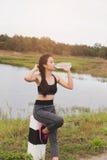 forma de vida del deporte y de la salud - agua potable de la mujer joven de un b Fotografía de archivo libre de regalías