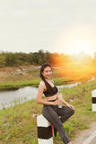 forma de vida del deporte y de la salud - mujer joven con la botella de consumición Fotos de archivo