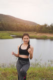 forma de vida del deporte y de la salud - mujer joven con la botella de consumición Imagenes de archivo