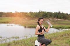 forma de vida del deporte y de la salud - mujer joven con la botella de consumición Fotos de archivo libres de regalías