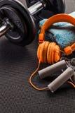 Forma de vida del levantamiento de pesas, del entrenamiento y concepto del deporte en la estera del gimnasio Fotos de archivo libres de regalías