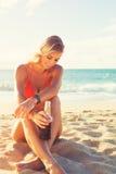 Forma de vida del verano, mujer joven despreocupada feliz en la playa Foto de archivo