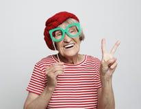 Forma de vida, emoci?n y concepto de la gente: abuela divertida con los vidrios falsos, las risas y listo para el partido imágenes de archivo libres de regalías