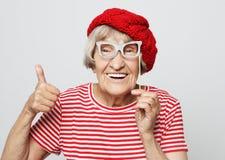 Forma de vida, emoci?n y concepto de la gente: abuela divertida con los vidrios falsos, las risas y listo para el partido imagenes de archivo
