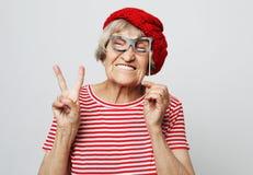 Forma de vida, emoci?n y concepto de la gente: abuela divertida con los vidrios falsos, las risas y listo para el partido fotografía de archivo