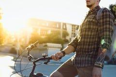 Forma de vida joven de la rutina de Guy Cyclist With Bicycle Daily imagen de archivo libre de regalías