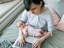 Forma de vida de la mamá moderna del negocio imagenes de archivo