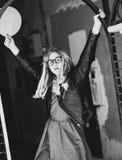 Forma de vida, moda y concepto de la gente: muchacha rubia, negro y wh Fotografía de archivo libre de regalías