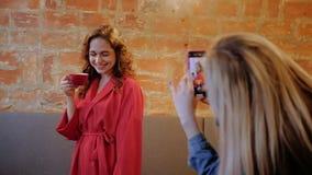 Forma de vida moderna del café de las fotos de las mujeres del ocio de los amigos metrajes
