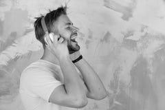 Forma de vida musical Canciones que escuchan adolescentes alegres de DJ vía los auriculares imagen de archivo libre de regalías