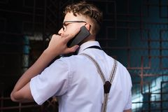 Forma de vida ocupada del teléfono del hombre de contactos comerciales que habla fotos de archivo libres de regalías