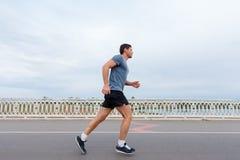 Forma de vida que activa - hombre atractivo joven que corre al aire libre Fotografía de archivo