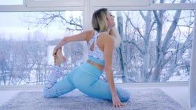 Forma de vida sana, actividades de los deportes de la mujer joven en ropa de deportes cerca de la ventana grande metrajes