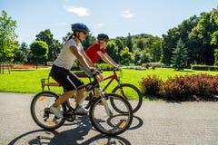 Forma de vida sana - bicicletas que montan de la gente Imagen de archivo