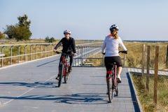 Forma de vida sana - bicicletas que montan de la gente Fotografía de archivo