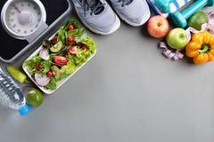 Forma de vida sana, comida y concepto del deporte Vista superior de la pesa de gimnasia del verde de la cinta métrica de la escal imagen de archivo libre de regalías
