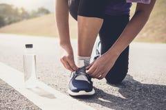 Forma de vida sana, corredor que ata las zapatillas deportivas que consiguen listas para imágenes de archivo libres de regalías