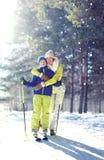 ¡Forma de vida sana de la familia! El niño de la madre y del hijo va a esquiar en bosque del invierno Foto de archivo