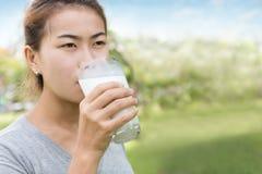Forma de vida sana de la leche de consumo de las mujeres fotos de archivo libres de regalías