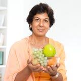 Forma de vida sana de la mujer madura india Foto de archivo