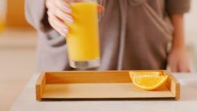 Forma de vida sana del vegano de la dieta de la fruta fresca del desayuno metrajes