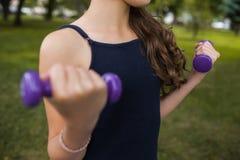 Forma de vida sana en la naturaleza Yoga adolescente Fotos de archivo