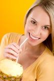 Forma de vida sana - jugo de piña de la bebida de la mujer imagen de archivo libre de regalías