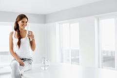 Forma de vida sana Mujer con el vidrio de agua Consumición sana Di foto de archivo