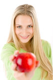 Forma de vida sana - mujer con la manzana roja Fotos de archivo libres de regalías