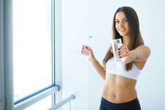 Forma de vida sana Mujer feliz con el vidrio de agua bebidas cure imagenes de archivo
