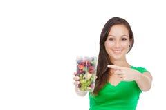 Forma de vida sana - mujer joven apta que come la fruta Foto de archivo libre de regalías