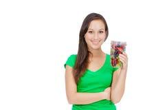 Forma de vida sana - mujer joven apta que come la fruta Imagen de archivo libre de regalías