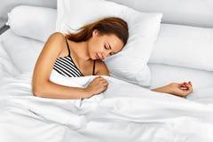 Forma de vida sana Mujer que duerme en cama Relajación de la mañana, sueño Fotos de archivo libres de regalías