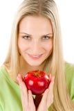 Forma de vida sana - mujer que sostiene la manzana roja Fotos de archivo libres de regalías
