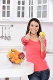 Forma de vida sana - mujer y manzana sonrientes felices Fotografía de archivo
