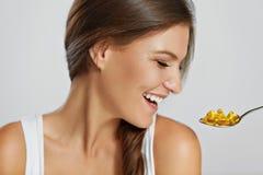 Forma de vida sana Nutrición Vitaminas Consumición sana Wi de la mujer foto de archivo libre de regalías
