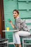 Forma de vida sana que camina del café de la bebida de la mujer joven fotografía de archivo