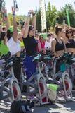 Forma de vida sana usando las bicis inmóviles Imagenes de archivo