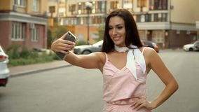 Forma de vida de Selfie Retrato de una mujer positiva joven que se divierte y que toma un selfie en el centro de ciudad almacen de metraje de vídeo
