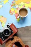 Forma de vida turística con la opinión superior del fondo de madera de la tabla del mapa y de la cámara Fotografía de archivo