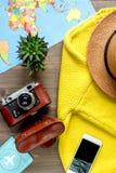 Forma de vida turística con la opinión superior del fondo de madera de la tabla del mapa y de la cámara Fotos de archivo